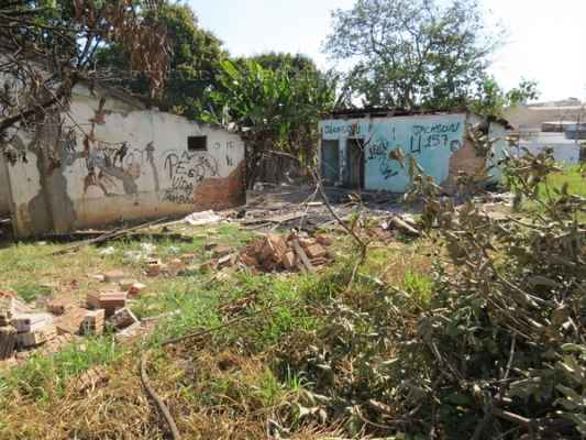 É grande a quantidade de lixo e entulho despejados irregularmente na área; abandono de imóveis ali existentes é outra reclamação da comunidade