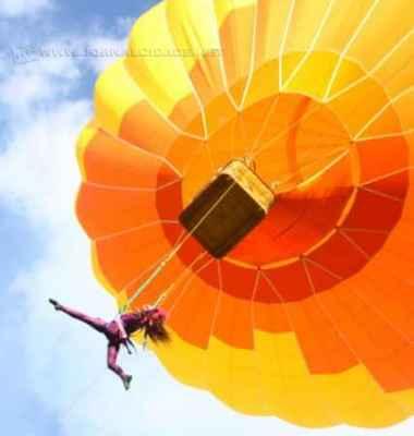 Bailarinas aéreas superam limites da gravidade voando em um balão a 20 metros de altura