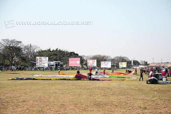 Apesar do dia ensolarado, o vento forte impossibilitou que as mais de 60 equipes decolassem na quarta-feira (23)
