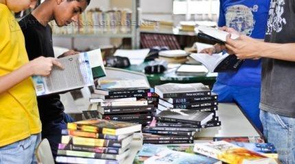 Alunos da rede municipal conferem livros