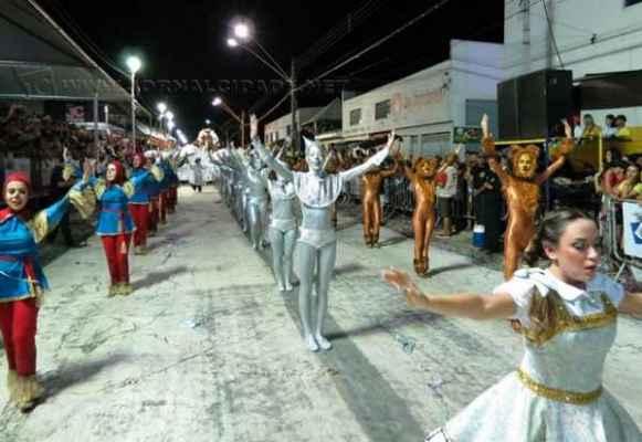 A escola de samba Samuca, por ter-se sagrado campeã deste ano, teve o direito de escolher a data seu desfile