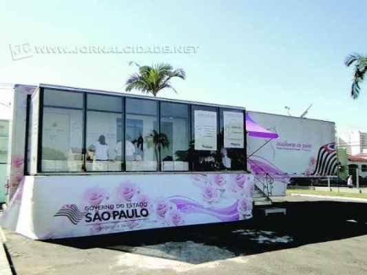 Carreta da Mamografia está estacionada no pátio da Igreja da Boa Morte em Rio Claro