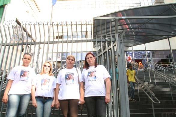 Familiares e amigos de Neide acompanham o julgamento