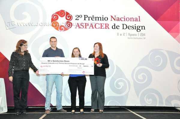 Talita C. de Jesus, representando a ganhadora do 2° Prêmio Nacional Aspacer de Design, Selma Ferrante, da Cerâmica Gail