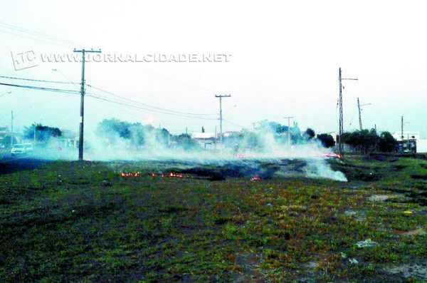A fumaça do incêndio tomou todas as ruas da região
