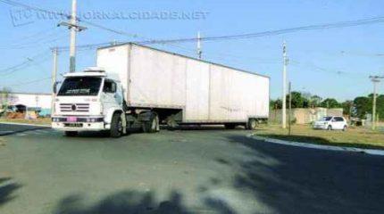 DESRESPEITO: alguns condutores preferem ignorar as leis e a sinalização, e fazem conversão proibida para acessar o bairro Santa Elisa, em Rio Claro