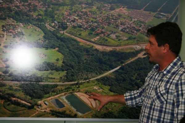 Prefeito Rogério Ulson mostra local onde será implantada a nova Estação de Tratamento de Esgoto, longe do Centro