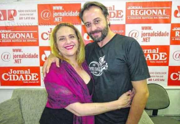 A atriz Imara Reis esteve com o diretor da Cia Tempero D'Alma, Cláudio Lopes, no JC