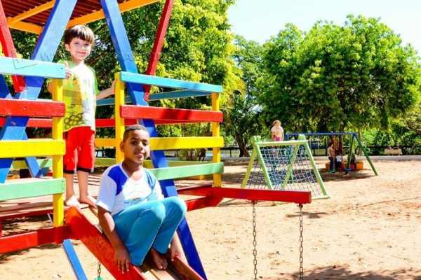 Playground foi reformado e os bancos do parque recebem nova pintura