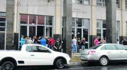 Servidores fizeram assembleia sob a marquise do Paço Municipal no sábado de manhã e aprovaram a manutenção da greve