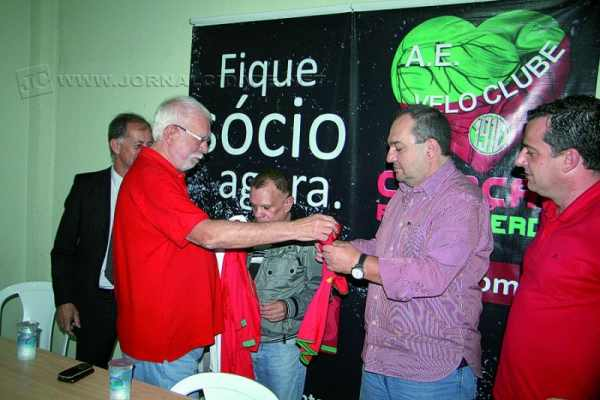 O presidente Adalberto Irineu Borges entrega camisas do Velo Clube aos novos parceiros, simbolizando o acordo firmado