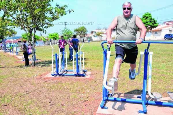 As academias são instaladas em áreas abertas e podem ser frequentadas a qualquer hora por pessoas de todas as idades