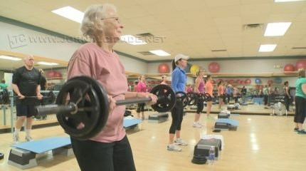 Exercícios físicos, convívio social e comunicação devem ser estimulados para que a doença avance com menos agressividade