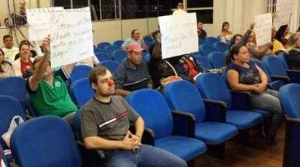 Servidores durante assembleia na noite de segunda-feira (1º)
