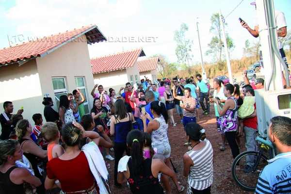 Famílias que ocuparam o Conjunto Habitacional Santa Lúcia dizem que só saem dos imóveis com casa própria garantida