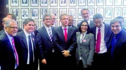 O prefeito Du Altimari ao lado do ministro da Saúde, Arthur Chioro (gravata vermelha ao centro), em Brasília