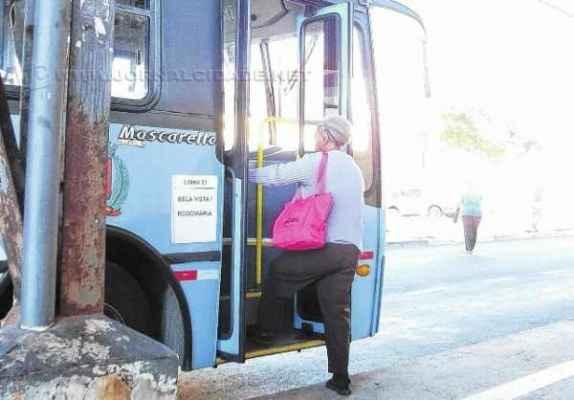 Mulher sobe em ônibus de transporte coletivo na Antiga Estação,Centro; lei de 2003 garante 10% dos assentos para idosos