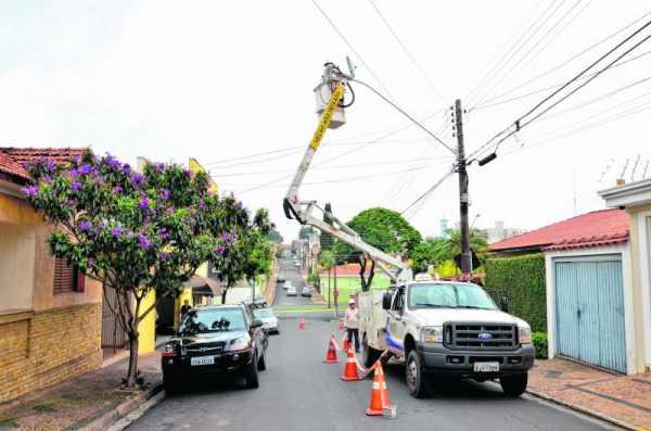 Concessionária Elektro trocando lâmpadas em poste localizado em bairro de Rio Claro