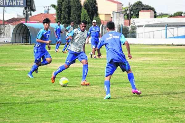 Azulão treinou durante a semana, com foco na mudança de postura no meio de campo