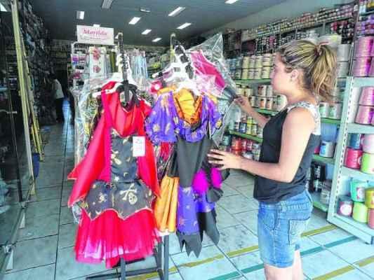 Festas particulares e realizadas em escolas infantis aquecem venda de fantasias no comércio