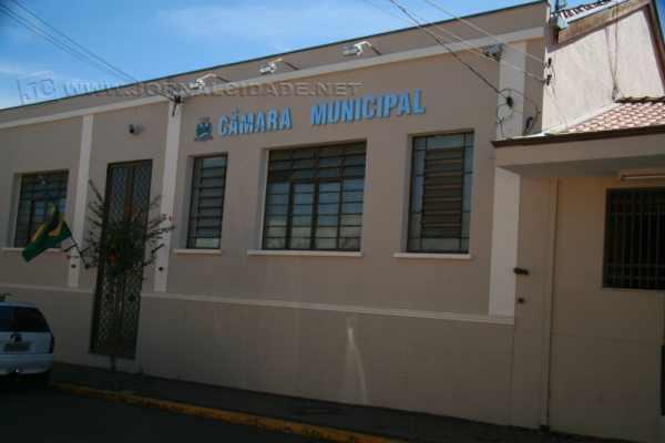 Vereadores de Analândia aprovaram emendas que derrubam a reeleição da mesa da Câmara.