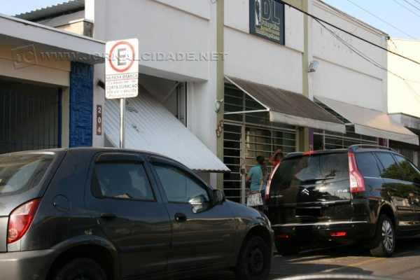 Carro é flagrado estacioando em lugar proibido na área central