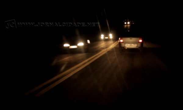 No período noturno a dificuldade é ainda maior, apenas a faixa central foi recentemente está sinalizada na SP-191