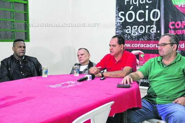 Da esquerda para a direita: Fábio Souza, Haroldo Carlos Amorim, Waguinho Dias e Homero Santarelli durante a apresentação do novo treinador velista