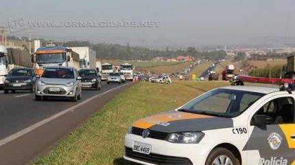 Viaturas da polícia estacionadas às margens da Rodovia Washington Luís. Motoristas devem ficar atentos para mudanças realizadas na legislação de trânsito