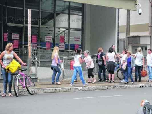 Diretores do sindicato e bancários em frente à agência da Caixa Federal nessa quarta-feira (1º). Categoria entrou em greve na última terça-feira (30)