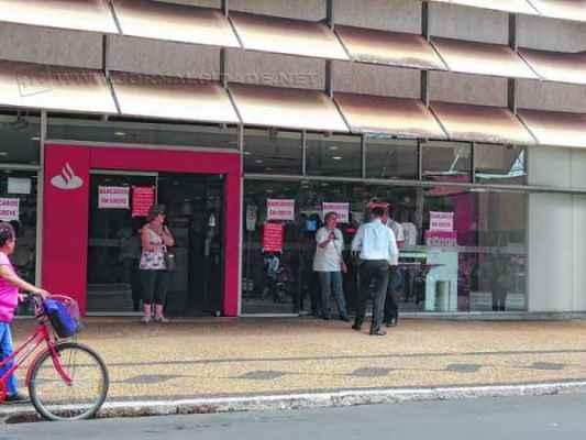 Cartazes foram afixados nas portas das agências informando sobre a greve. Em Rio Claro apenas Itaú e Bradesco abriram
