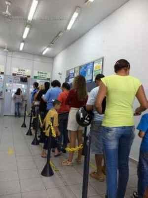 Fila de consumidores à espera de atendimento em casa lotérica na cidade (foto arquivo)