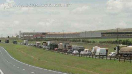 Veículos que seguiam sentido à capital paulista, no início da tarde, foram surpreendidos com a lentidão no trânsito.