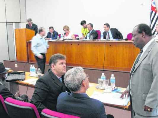 Vereadores dialogam durante sessão ordinária realizada ontem no auditório da Associação Comercial e Industrial