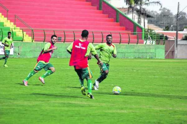 Enquanto isso, cerca de 15 jogadores em observação seguem treinando no estádio Benitão