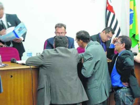 Vereadores governistas conversando antes do início da sessão ordinária realizada nessa segunda-feira, 24 de novembro