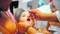 Criança toma vacina contra a paralisia infantil (poliomielite) em unidade de saúde (foto Agência Brasil)