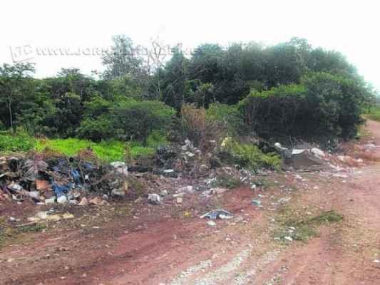 Lixo descartado incorretamente na Estrada da Bomba. (Fotos de Antônio Donizete Lopes)