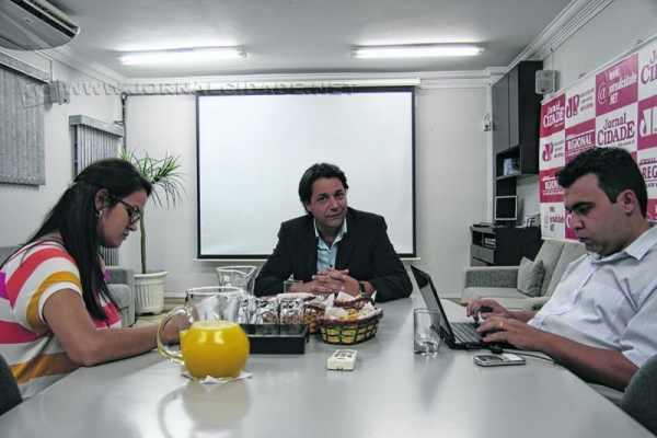 O prefeito Rogério Pascon durante entrevista aos jornalistas Antonio Archangelo e Vivian Guilherme, do Grupo JC
