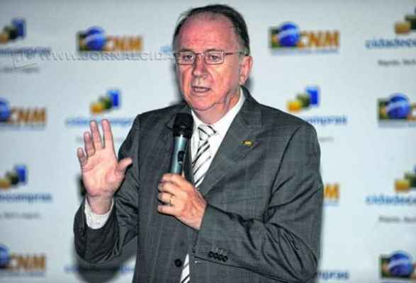 Em outubro, o presidente da Confederação Nacional, Paulo Ziulkoski, falou sobre a crise