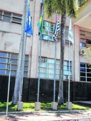 Mastros com as bandeiras do Brasil, do Estado, de Rio Claro e do Mercosul no Paço Municipal