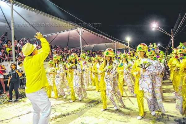 Desfile da Casamba na Rua 3-A em 2014. Presidente da agremiação, assim como os demais, segue com os preparativos para o desfile