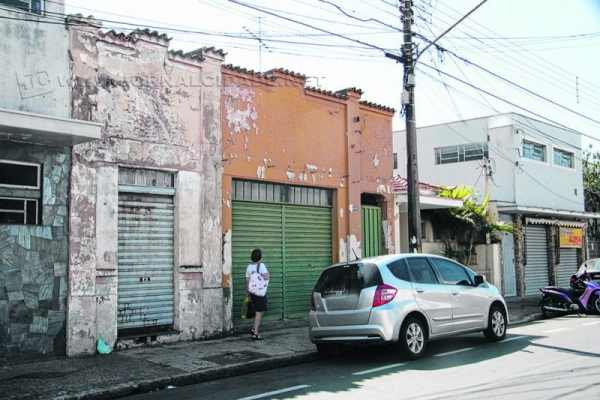 Dois imóveis malconservados abrigam abelhas; a retirada da colmeia não é possível, já que o proprietário mora em São Paulo