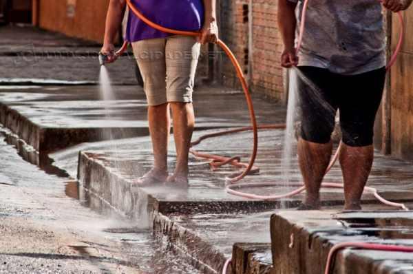 Lavar a calçada com água corrente é uma das maiores causas das reclamações dos munícipes (Imagem: Reprodução)
