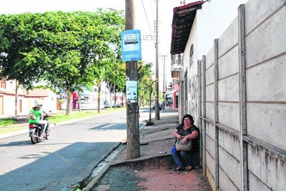 Ponto de ônibus na Avenida 1 do Mãe Preta é um dos inúmeros na cidade sem cobertura