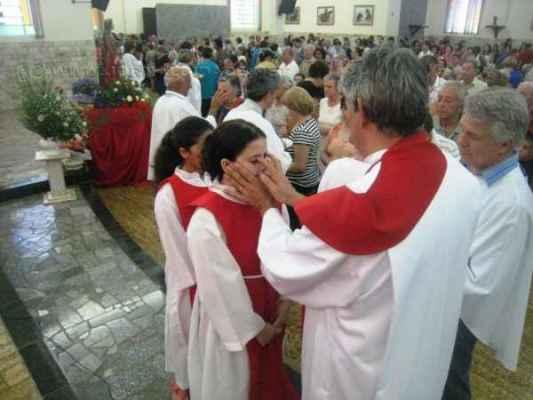 Capela de Santa Luzia celebra a data com tradicional bênção do bolo e bênção dos olhos