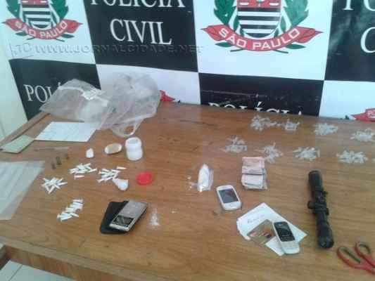 Na operação foram apreendidos pinos de cocaína, maconha, munição, dinheiro e balança digital