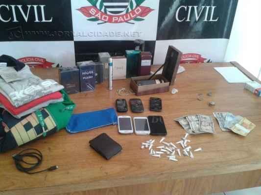 Autoridades localizaram com os acusados pinos de cocaína e pedras de crack, além de roupas com etiquetas possivelmente trocadas com drogas