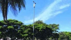 Antena da Vivo afixada nas laterais de postes de iluminação, além das caixas subterrâneas