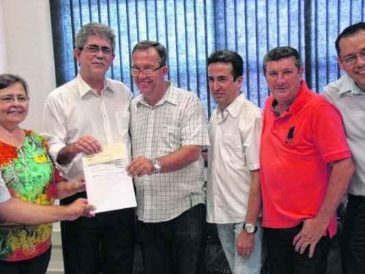 Agnelo Matos (PT) entrega cheque com valores repassados pela prefeitura à Câmara como resultado de economia